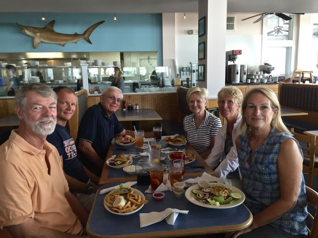 Lunch at the Surfrider Restaurant with the Crouch clan - Dan and Marcia and Dan's sister Beth and husband Rich. Delicious crab cakes again!!