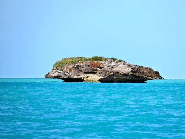 This is a photo of Don't Rock from the internet. This rock is featured in many guides and chartbooks about the Abacos. I never knew it was this specific rock until we researched the passage. This is what it looks like on a pretty day.